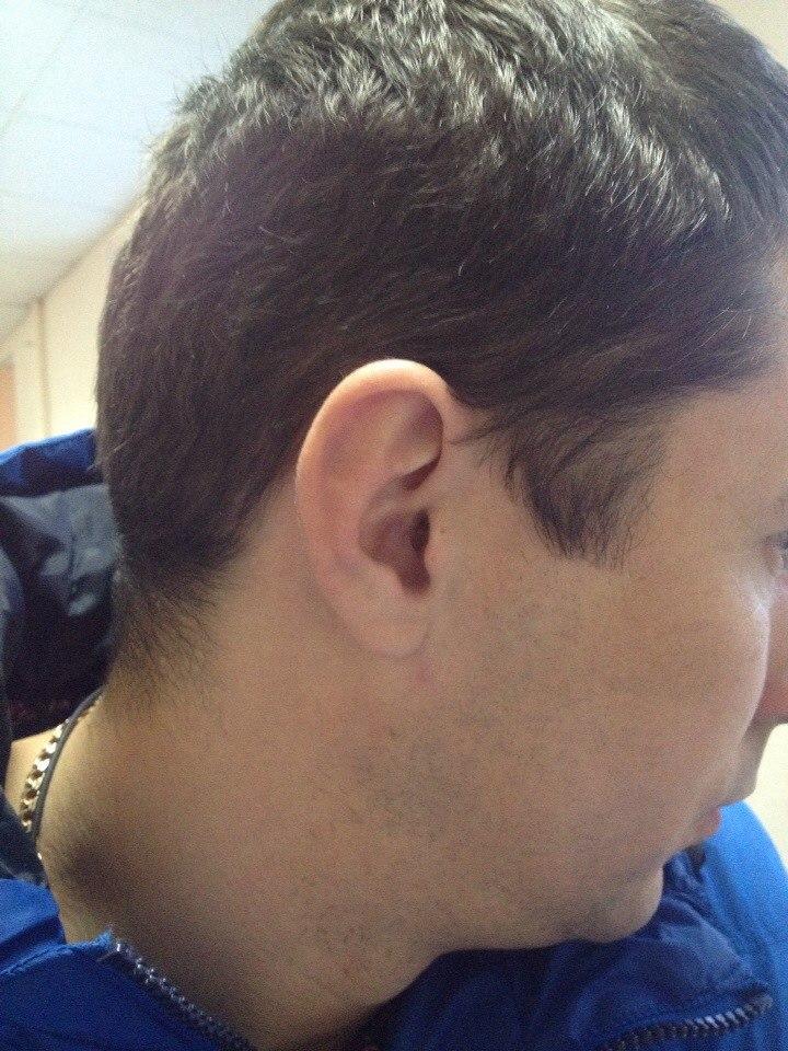 микронаушник в ухе, если короткая стрижка
