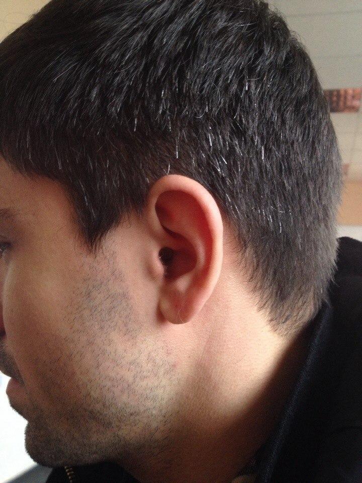 наушник в ухе